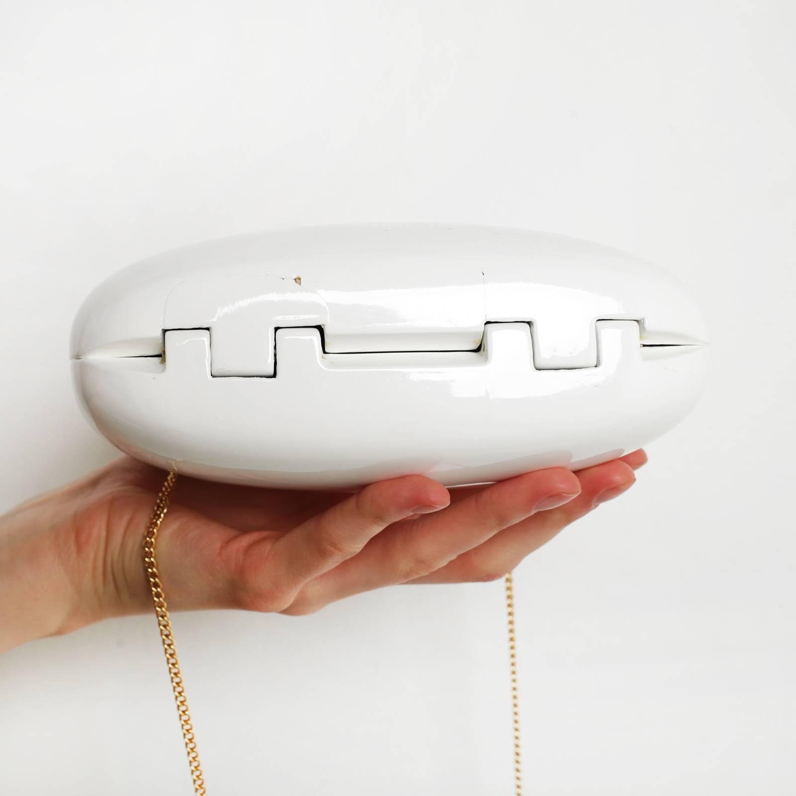 55ae9bf62203 Белый пластиковый клатч. Минималистичный дизайн и изысканные детали для  вашего особенного образа. Есть трещина внизу.